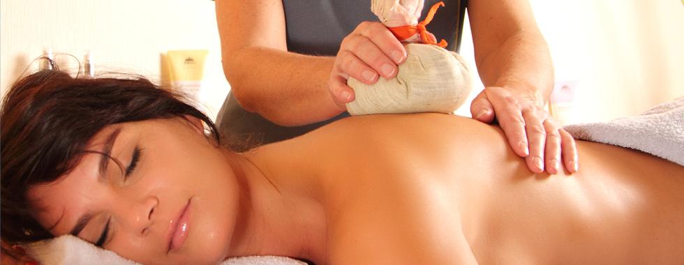Kräuterstempelmassage – für Sie handgebunden