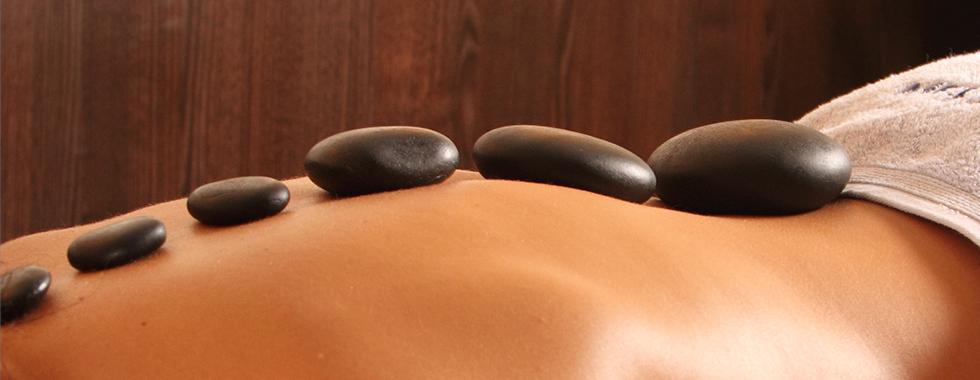 Hot Stone Massage – warme Steine energetisieren Ihren Körper