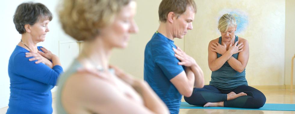 Yoga-Energiefeldübung – Ruhe und Gelassenheit in dein Herz fließen lassen